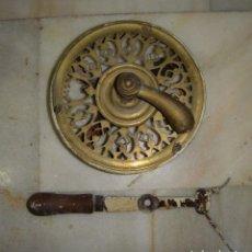 Antigüedades: ANTIGUO TIRADOR PARA ABRIR PUERTA CON SISTEMA DE CUERDAS. S.XIX. BRONCE.. Lote 122473987