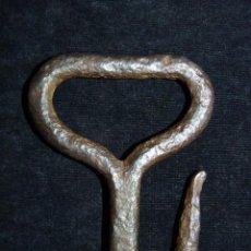 Antigüedades: GANCHO DE HIERRO FORJADO. 9 CM. SIGLO XIX (5). Lote 122615595