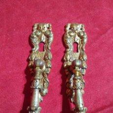 Antigüedades: DOS TIRADORES CON BOCALLAVE PARA MUEBLE ARMARIO VITRINA. Lote 122650447
