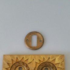 Antigüedades: ANTIGUA Y BONITA CERRADURA DOBLE - FIRMADA - DORADA. Lote 122769095