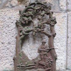 Antigüedades: ANTIGUO FRONTIS FUNDICION HIERRO MOTIVO CAZA - APROX 1930 - BOCA PARA GRIFO FUENTE ETC + INFO. Lote 122814323