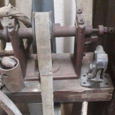 Antigüedades: GRAN TORNO DE PEDALES 1940 GALICIA ACEPTO OFERTAS ANTICIPADAS O ALMACÉN DO COLISEVM. Lote 122969999