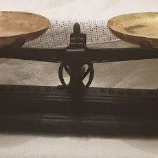 Balanza báscula con platos de 22 cm . Origen Francia.