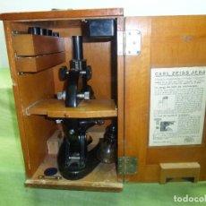 Antigüedades: ANTIGUO MICROSCOPIO CARL ZEISS JENA 291547 EN SU CAJA ORIGINAL DE MADERA - CON ACCESORIOS. Lote 123122059