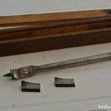 Antigüedades: ESTUCHE DE MADERA CON BROCA PARA LA MADERA , REGULABLE . Lote 123278903