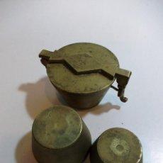 Antigüedades: ANTIGUO PONDERAL DE BRONCE DE LA FIRMA LIBRA CON DOS VASOS ANIDADOS DE 2 Y 4 ONZAS. Lote 123764627