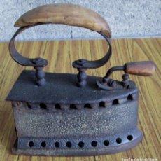 Antigüedades: PLANCHA DE CARBON -- DE HIERRO Y ASA DE MADERA . Lote 123852063