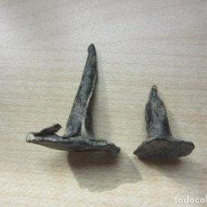 Antigüedades: DOS CURIOSOS CLAVOS ANTIGUOS PROBABLEMENTE MEDIEVALES. Lote 124201019