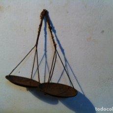 Antiquitäten - PAREJA DE ANTIGUOS PLATOS DE HIERRO CON SUS CUERDAS ORIGINALES CON MAS DE 100 AÑOS - 124214527
