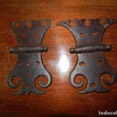 Antigüedades: BELLA PAREJA DE BISAGRAS (CORONA DE REY Y CORONA DE REINA ) FORJA DEL XVII. Lote 124330635