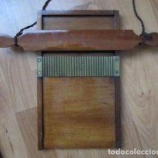 Antigüedades: TABLA PILDORERA DE FARMACIA. AÑOS 20-30 EN MADERA Y BRONCE. Lote 124440999