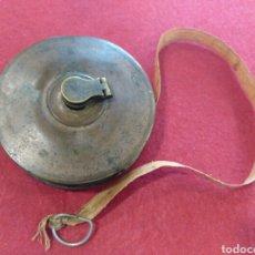 Antigüedades: ANTIGUA CINTA MÉTRICA DE LATÓN Y TELA.. Lote 124608328