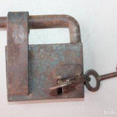 Antigüedades: ANTIGUO GRAN CANDADO, 10X9 CM, FUNCIONA. Lote 125281871