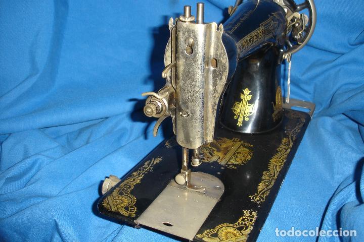 Antigüedades: ANTÍGUA MÁQUINA DE COSER MANUAL MARCA SINGER FABRICADA EN GRAN BRETAÑA - Nº BASTIDOR F6198860 - Foto 9 - 43653686