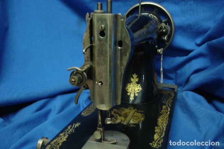 Antigüedades: ANTÍGUA MÁQUINA DE COSER MANUAL MARCA SINGER FABRICADA EN GRAN BRETAÑA - Nº BASTIDOR F6198860 - Foto 11 - 43653686