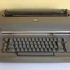 Antigüedades: MÁQUINA DE ESCRIBIR IBM ELECTRIC TYPEWRITER MODELO 7XXD – AÑOS 60. Lote 125943507