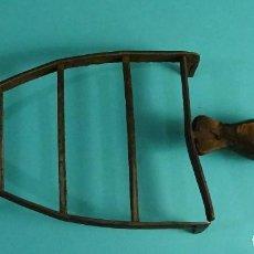 Antigüedades: SOPORTE PARA PLANCHA. FORJA. REMACHADA. MANGO DE MADERA DIMENSIONES BASE 11 X 15 CM. LONGITUD 25 CM. Lote 126361543