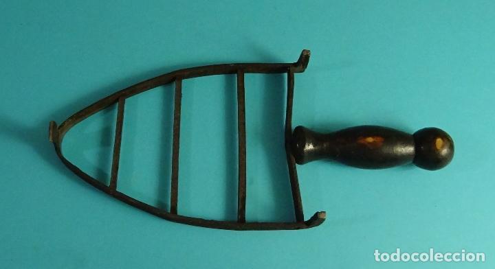 Antigüedades: SOPORTE PARA PLANCHA. FORJA. REMACHADA. MANGO DE MADERA DIMENSIONES BASE 11 X 15 CM. LONGITUD 25 CM - Foto 2 - 126361543
