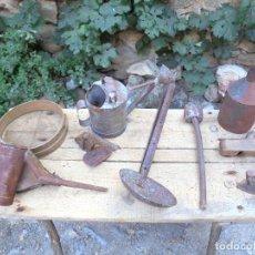 Antigüedades: REGADERA, SULFATADOR, CEDAZO, PLANCHA, GARLOPA, GRAN BADILA, MAZA... - FORJA Y ZINC RURAL. Lote 126399999