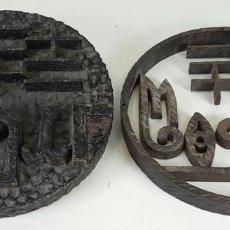 Antigüedades: PAREJA DE CARTELES DE HIERRO FORJADO. LOGOTIPO DE MOGIR. SIGLO XX. . Lote 126625015