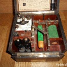 Antigüedades: APARATO DE ELECTROTERAPIA CHARLES CHARDIN. PARÍS, C.1910 CAJA MADERA NOBLE PALOSANTO O NOGAL.. Lote 126916039