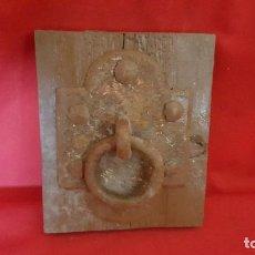 Antigüedades: ALDABA CON SUS CLAVOS ANTIGUOS SOBRE TABLA DE MADERA. . Lote 127340083