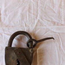 Antigüedades: ENORME CANDADO PASO A NIVEL RENFE, ABRE Y CIERRA CON SU LLAVE. Lote 127578791