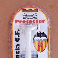 Antigüedades: MAQUINILLA DE AFEITAR WILKINSON SWORD PROTECTOR - VALENCIA C.F. - AÑO 1996, NUEVA. Lote 127594979