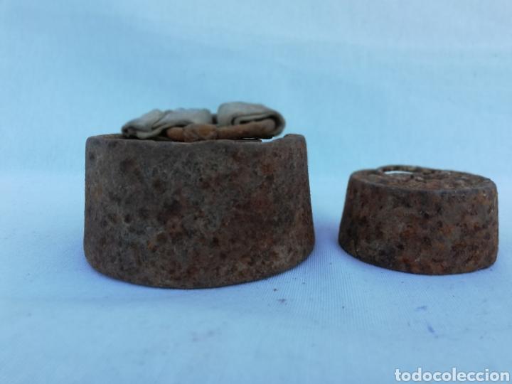 Antigüedades: JUEGO 2 PESAS. PONDERALES ANTIGUAS DE HIERRO. 2 Y 0,5 KG. - Foto 3 - 127613612