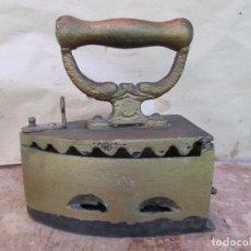 Antigüedades: PLANCHA ANTIGUA CARBÓN Y BRASAS. MARCA ALBA. HIERRO FUNDIDO Y MADERA. Lote 127902667