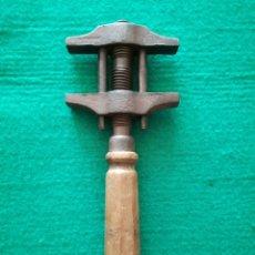 Antigüedades: LLAVE DE MORDAZA O ANTIGUA LLAVE INGLESA. Lote 128140256