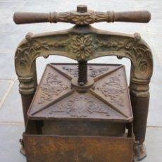 Antigüedades: BONITA PRENSA DE LIBROS, DE FUNDICION, MUY ADORNADA Y CON CAJON (BASE 32X35CM APROX). Lote 128147055