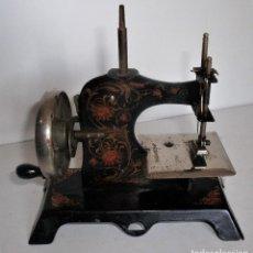 Antigüedades: PEQUEÑA MÁQUINA DE COSER ANTIGUA DE CHAPA. ALEMANIA. CA. 1900/1920. Lote 128419831