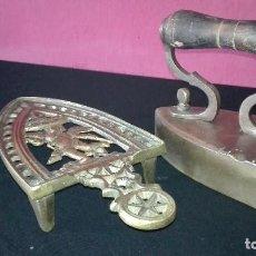Antigüedades: ANTIGUA PLANCHA CON SOPORTE DE BRONCE. Lote 128518591