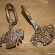 Antigüedades: 2 VIEJOS ENGANCHES PARA BARRA DE CORTINAS. Lote 128555283