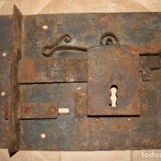 Antigüedades: ANTIGUA CERRADURA DE FORJA SIN LLAVE MUY GRANDE. Lote 128560115