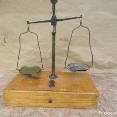 Antigüedades: BALANZA DE PRECISIÓN DE 2 PLATOS. CON CAJÓN. JUEGO DE NUEVE PESAS CON SOPORTE. ANTIGUA DEL AÑO 1958. Lote 128601147