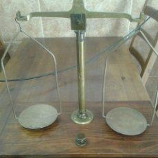 Antigüedades: BALANZA FRANCESA DE FARMACIA O SIMILAR 30 ANCHO 60 CM LARGO 10 CMS ALTO PESO APROX 4 KG. Lote 128631391