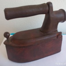 Antigüedades: PLANCHA DE CARBÓN. HIERRO FUNDIDO. CON CHIMENEA TRASERA. Lote 128765087