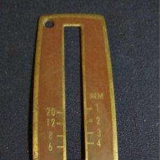 Antigüedades: PIEZA METALICA ANTIGUA MAQUINA DE COSER SINGER. VER FOTOS 9.5X 3 CM. Lote 128835231