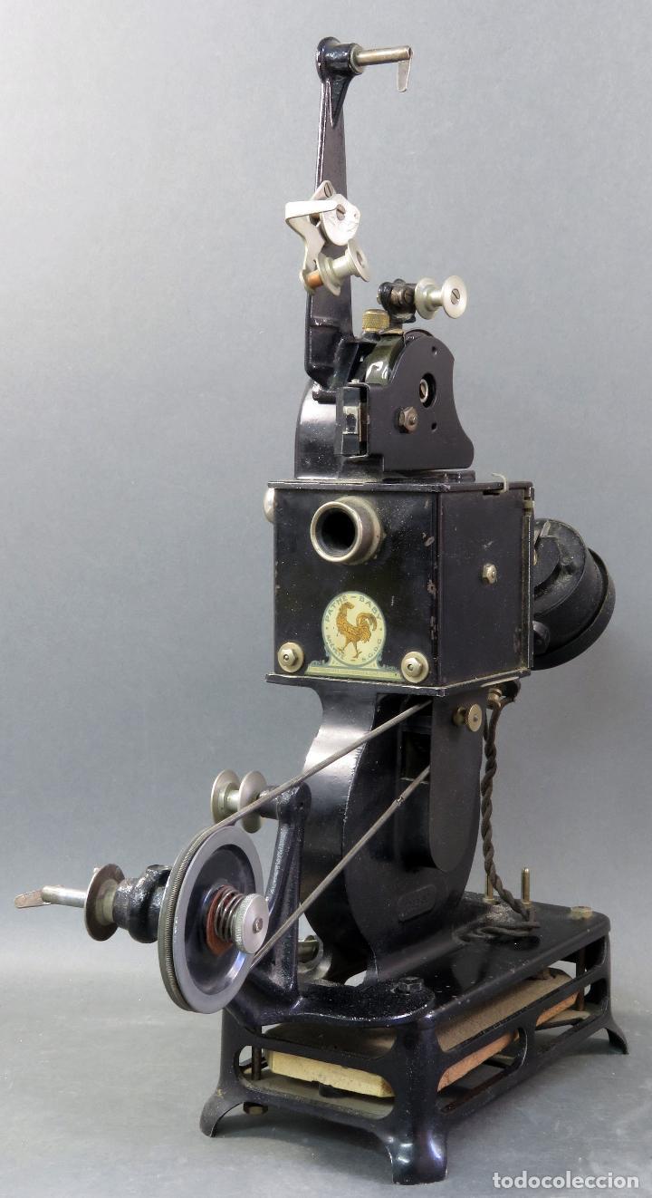 Antigüedades: Proyector Pathé Baby 9,5 mm con una película hacia 1920 - Foto 3 - 128980255