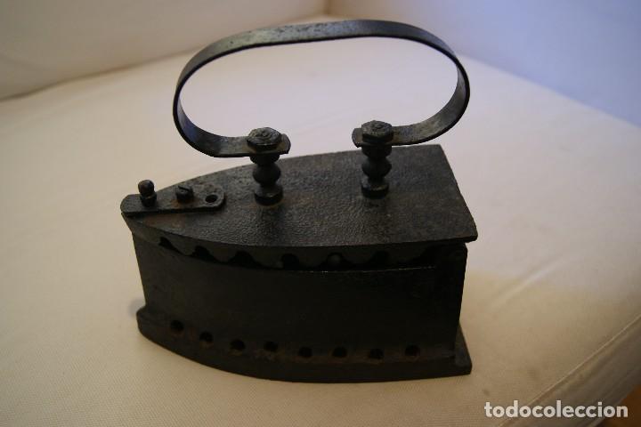 PLANCHA DE BRASA ANTIGUA, DE HIERRO FUNDIDO (Antigüedades - Técnicas - Planchas Antiguas - Carbón)