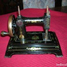 Antigüedades: MUY ANTIGUA MÁQUINA DE COSER ,MARCA BABY.PRECIOSA PARA DECORACIÓN . Lote 129001603