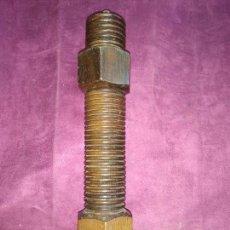 Antigüedades: ANTIGUO MOLINILLO DE PIMIENTA, DE MADERA, TALLADO EN FORMA DE TORNILLO Y TUERCA, 35 CMS. Lote 129253059