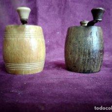 Antigüedades: PAREJA DE ANTIGUOS MOLINILLOS DE PIMIENTA EN FORMA DE BARRIL, DE MADERA, MARCA MARLUX, FRANCIA. Lote 129254175