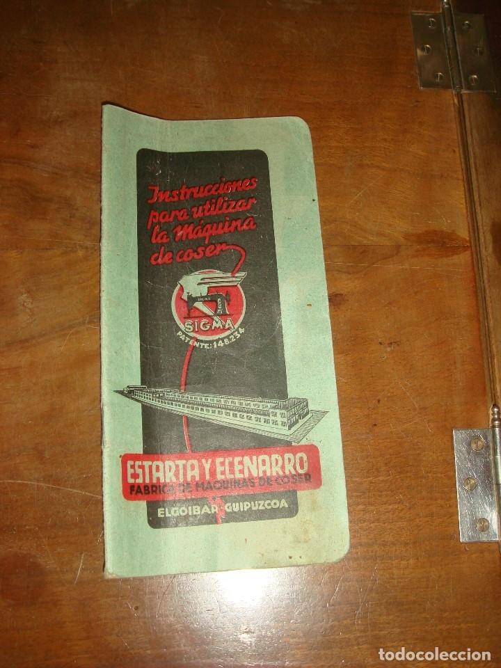 Antigüedades: MAQUINA DE COSER SIGMA, ESTARTA Y ECENARRO, ELGOIBAR. MUEBLE DE MADERA CON TAPA. FUNCIONA. C1945 - Foto 19 - 221821615