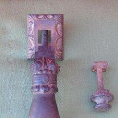 Antigüedades: ANTIGUA ALDABA, LLAMADOR DE PUERTA. DE HIERRO, MANO DE MUJER. COMPLETO. Lote 129686307
