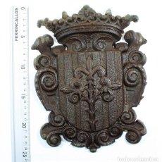 Antigüedades: CURIOSO Y RARO ANTIGUO ESCUDO DE LERIDA LLEIDA, ES DE HIERRO, PESA 2,9 KILOS Y MIDE 25 X 20 CM. Lote 130054779