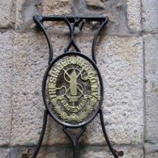 Antigüedades: MAQUINA COSER SINGER - FINALES XIX, LATERAL DE HIERRO FUNDIDO 72CM ALTO 6.5KG + INFO Y FOTOS. Lote 130061479