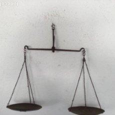Antigüedades: CENTENARIA BALANZA DE COLGAR DE HIERRO FORJADO. . Lote 130084543